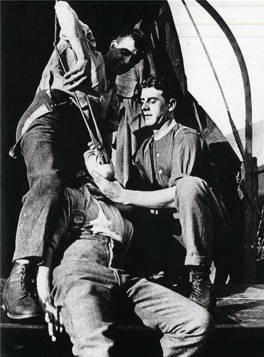 Удаление зуба на фронте в 1917 году.