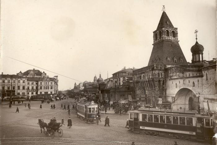 Никольские ворота и Владимирская церковь.