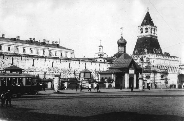 Ворота открывавшее проход и проезд с Никольской улицы на старую Лубянскую площадь.