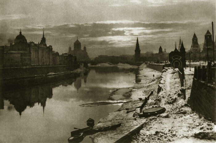Вид Москвы-реки, Кремля и Храма Христа Спасителя с Большого Москворецкого моста.