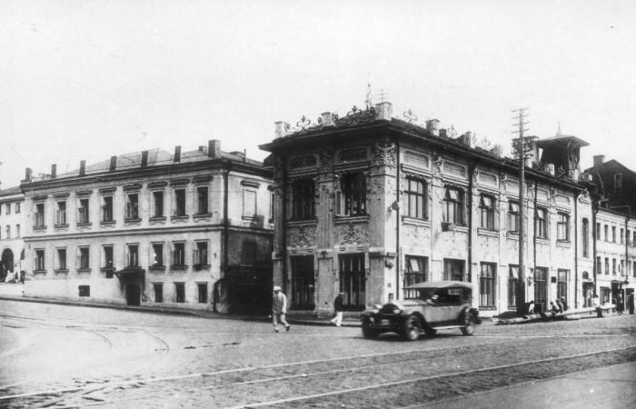 На углу Васильевской площади и Кремлёвской набережной.