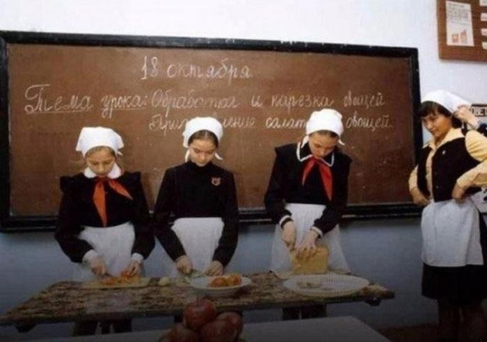 Урок домоводства в среднеобразовательной школе. СССР, Москва, 1984 год.