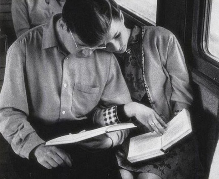 Молодая семья в СССР была не просто новой ячейкой строителей коммунизма. На молодых специалистов, выпускников вузов возлагалась большая ответственность за приумножение достижений и престижа Великой страны.