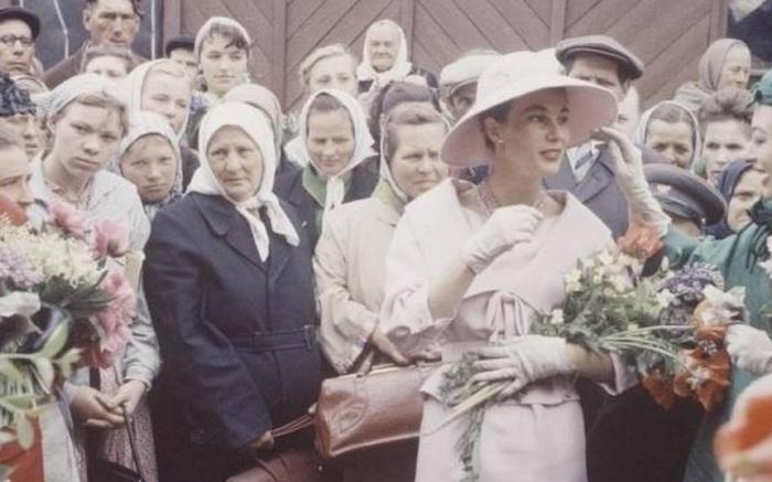 В 1959 году в Москву привезли моделей и платья Christian Dior для первого в СССР дефиле западного модного дома. Прогулки по Москве моделей в платьях французского модельера запечатлели фотографы журнала Life.