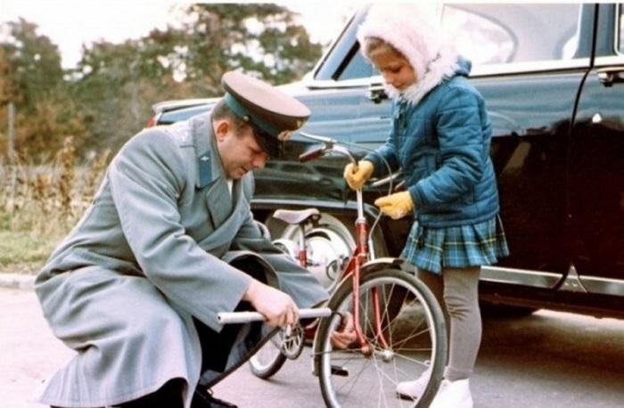 Юрий Гагарин с младшей дочкой.