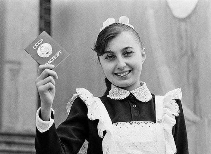 Паспорт изготавливался по единому образцу для всего СССР. Информационный текст внутри паспорта печатался на двух языках — русском и языке союзной или автономной республики.