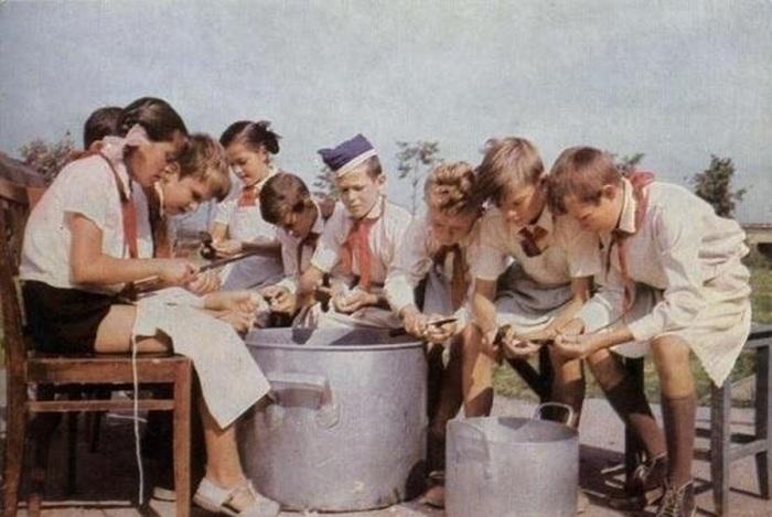Дежурные по кухне в 1965 году.