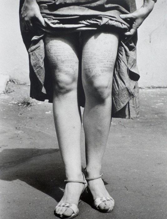 Шпаргалки на ногах у ученицы Московского государственного университета имени М. В. Ломоносова в 1984 году.