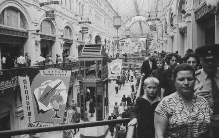 Государственный универсальный магазин в августе 1961 года. Снимок иностранного корреспондента агентства Comet Photo AG.
