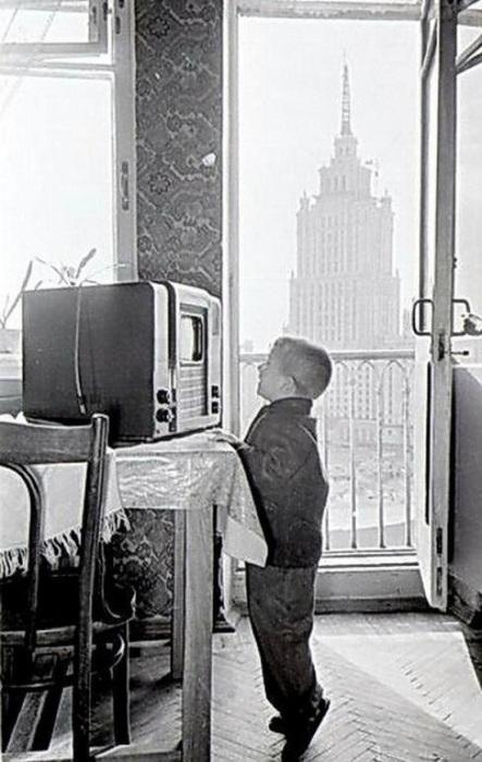 Маленький москвич смотрит телевизор. СССР, 1950-е годы.