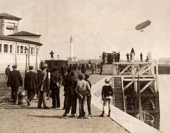 Дирижабль, пролетающий над портом в Остенде во время Первой мировой войны, 1914 год.