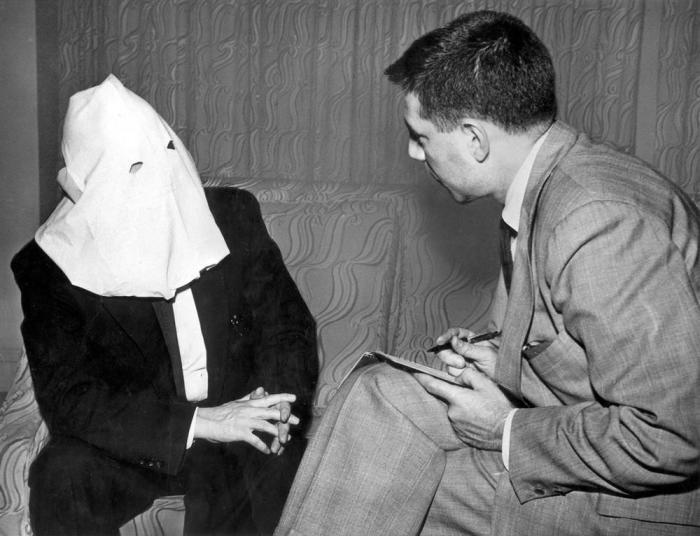 Советский шифровальщик Игорь Гузенко дает интервью журналисту «Ассошиэйтед Пресс» Соулу Петту.