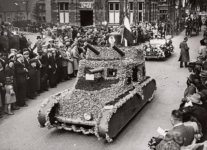 Замаскированная голландская бронетехника, незадолго до немецкого вторжения, 5 мая 1940 года.