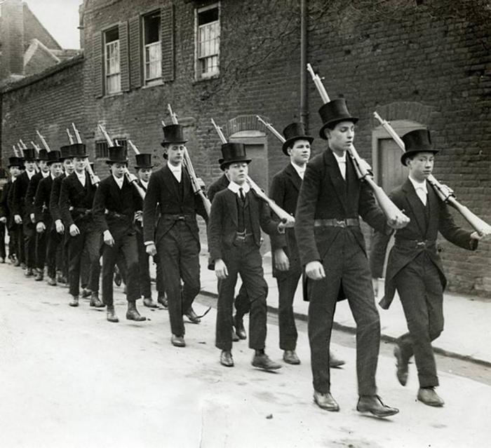 Занятия по военной подготовке в Итоне, 1915 год.