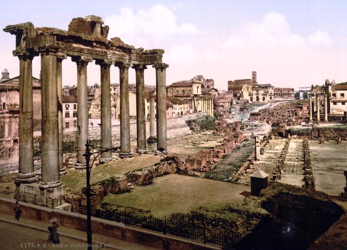 Руины форума в центре Рима.