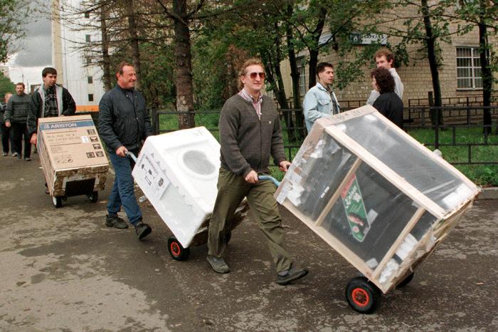 Жители Москвы везут из магазинов бытовую технику и электронику.