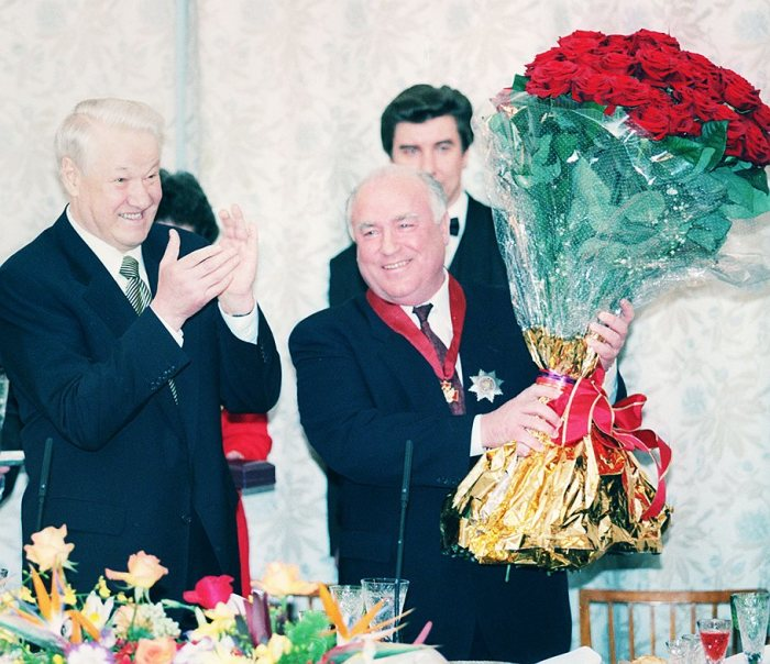 Борис Ельцин отправляет правительство Сергея Кириенко в отставку.