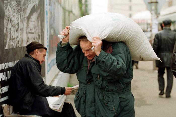 Москвич с мешком муки в центре города.