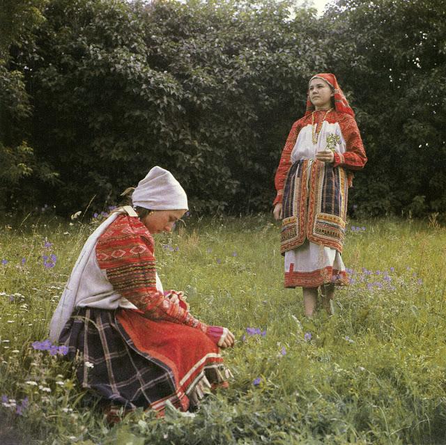 Крестьянки в традиционных костюмах.