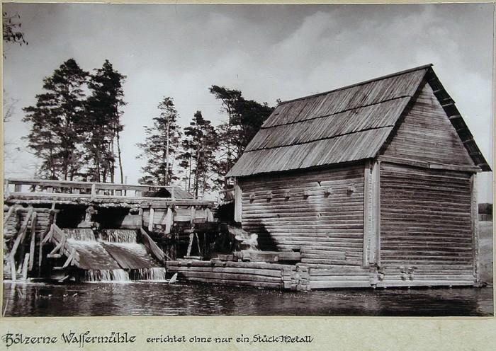 Плотина, основная конструкция которой выполнены из дерева.