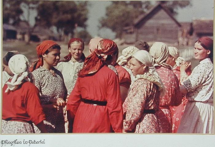 Советские крестьянки в праздничных одеждах. Калужская область, 1943 год.