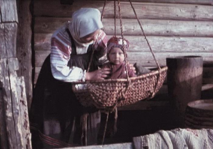 Ребёнок в подвесной люльке. Калужская область, 1940-е годы