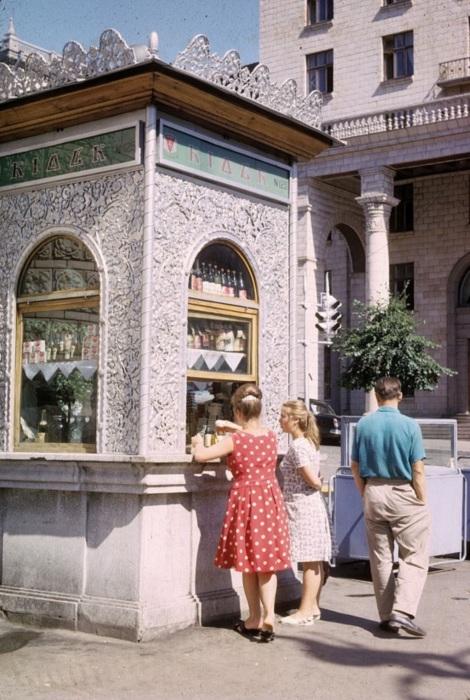 Киоск № 125, в котором торговали напитками и сигаретами. СССР, Киев, 1963 год.
