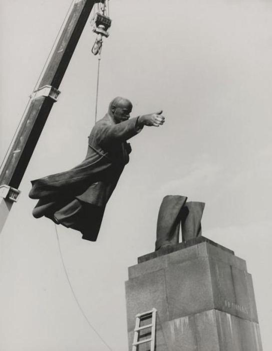 Демонтаж Ленина. Автор фото: Antanas Sutkus.