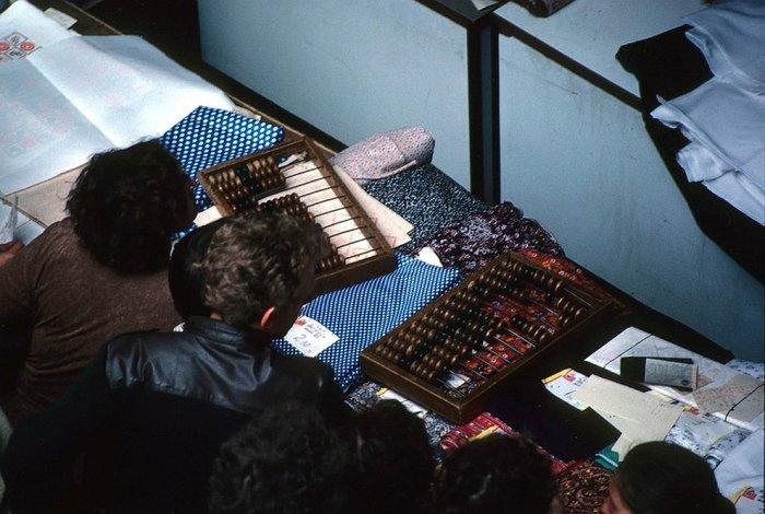 Кассовая работа в государственном универсальном магазине в 1985 году.