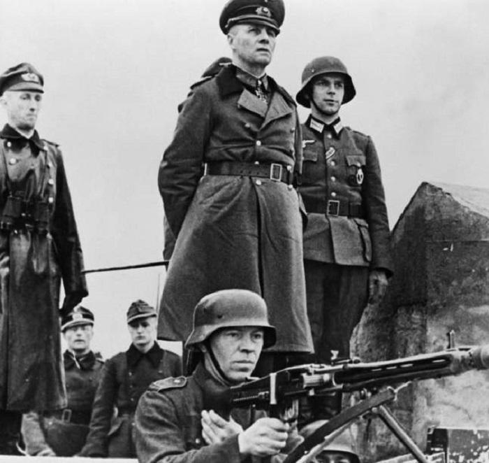 Генерал-фельдмаршал инспектирует береговую оборону Нормандии.