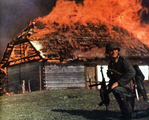 Фотография на фоне горящего дома. Восточный фронт, 1942 год.
