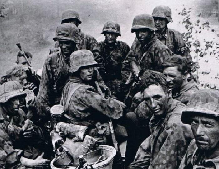 Солдаты 1-ого панцергренадерского полка СС «Мёртвая голова».