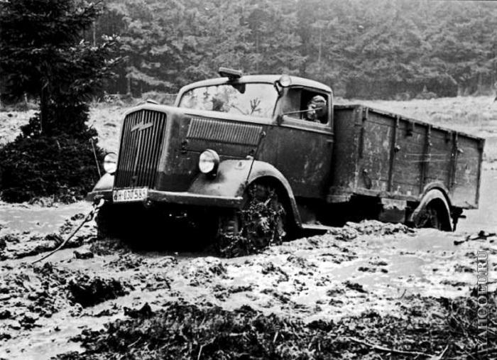 Завязший в грязи немецкий трехтонный грузовик.