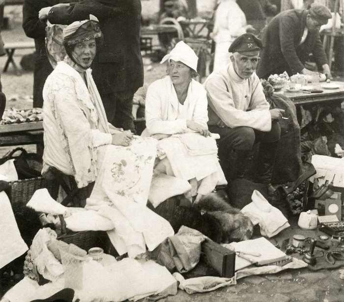 Российская интеллигенция, распродающая остатки своего имущества. СССР, 1923 год.