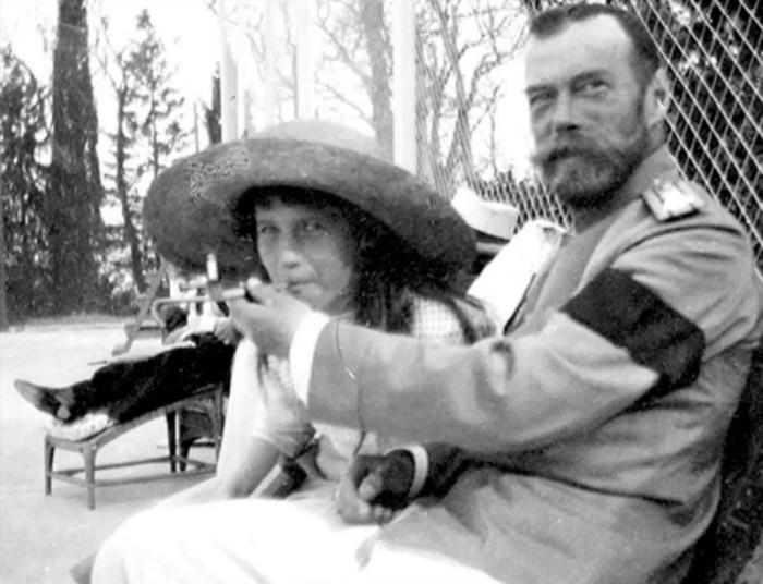 Царь Николай II дал попробовать покурить своей дочери Анастасии.