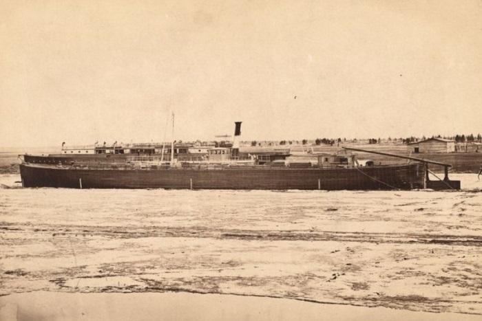 Исследовательский пароход на реке Оби.