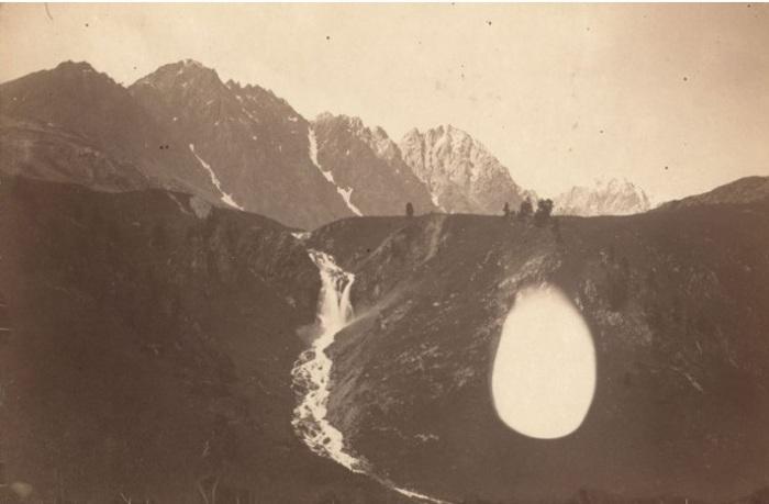 Знаменитый горный водопад в Катунской долине.