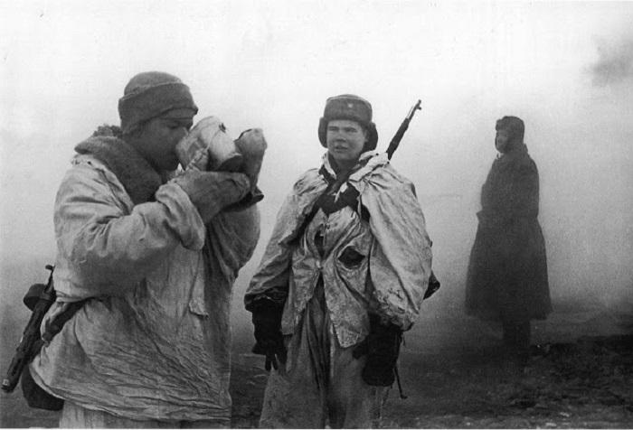Советские разведчики после очередного сражения.