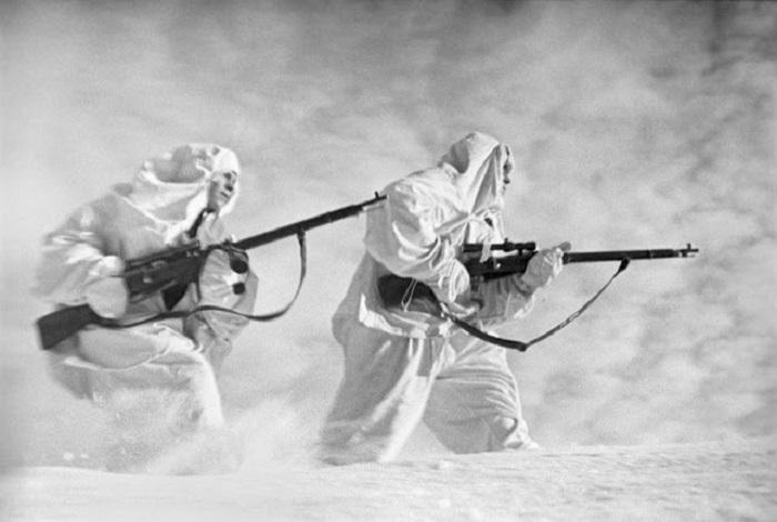 Советские снайперы в маскхалатах под Ленинградом.