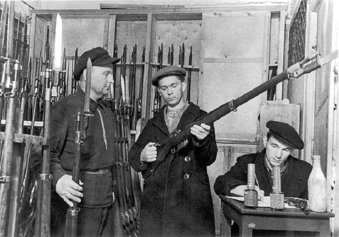 Бойец отряда народного ополчения получает оружие на складе, 1941 год.