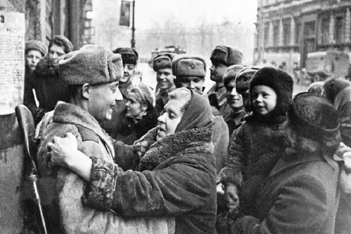 Жители блокадного Ленинграда встречают своих освободителей.