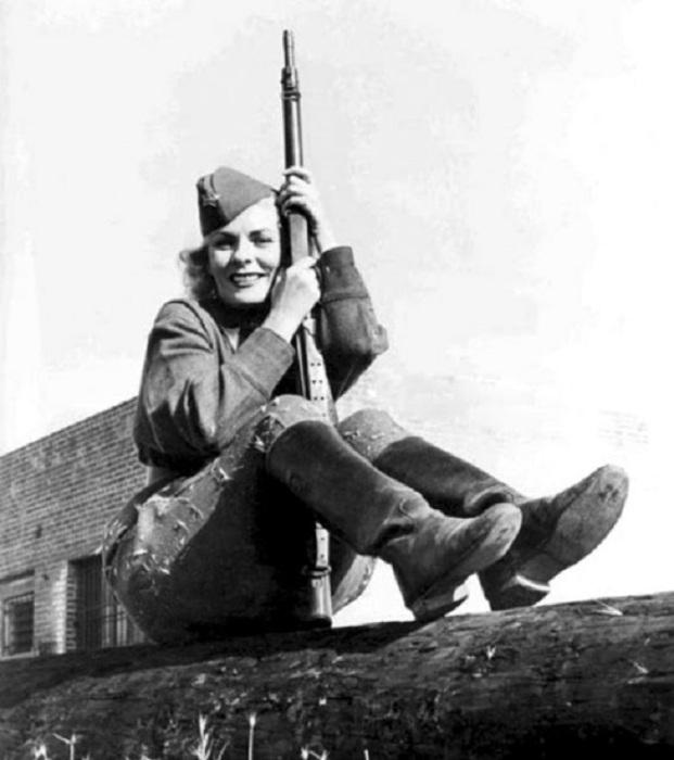 Женщина-снайпер. СССР, Ленинград, 1942 год.