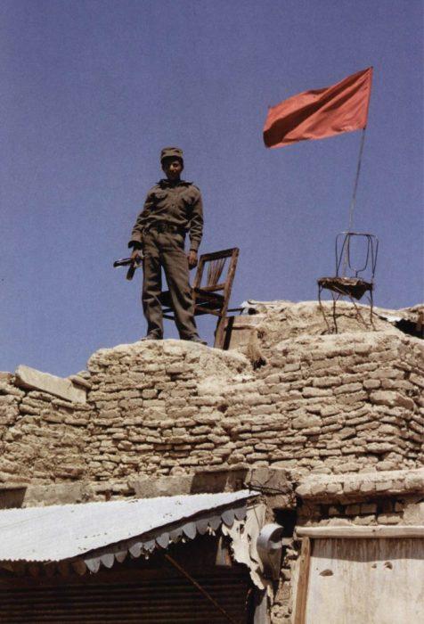 Советский солдат на фоне флага. Автор фотографии: Вячеслав Киселёв.