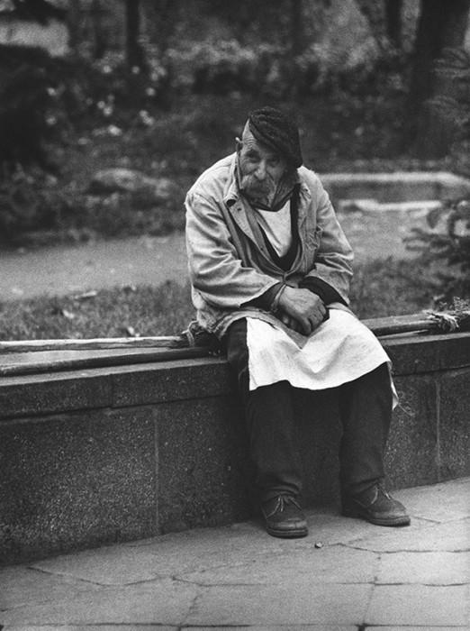 Дворник отдыхает на проспекте Ленина в Тбилиси. СССР, 1968 год.