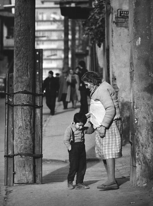 Бабушка наказывает внучка. СССР, Тбилиси, 1968 год.