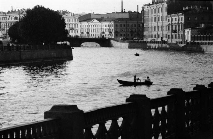 Водная прогулка на лодке по одному из каналов Ленинграда. СССР, 1973 год.