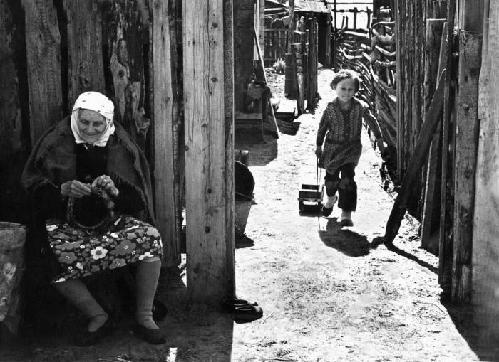 Бабушка плетёт венок для внучки. СССР, Казань, 1978 год.