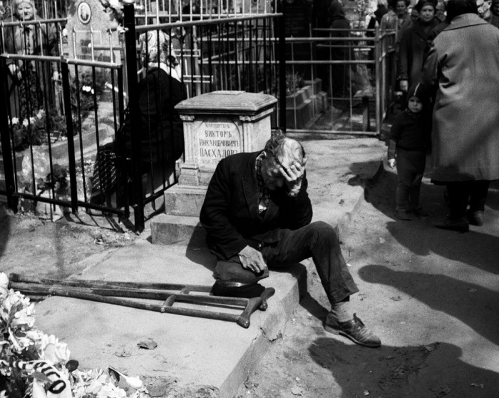 Дед на кладбище. СССР, Казань, 1969 год.