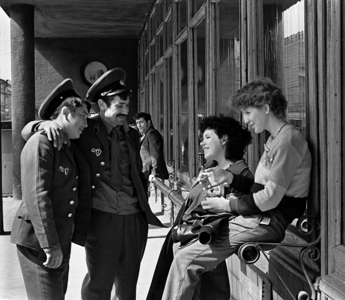Советские военнослужащие в увольнении. СССР, Казань, 1984 год.