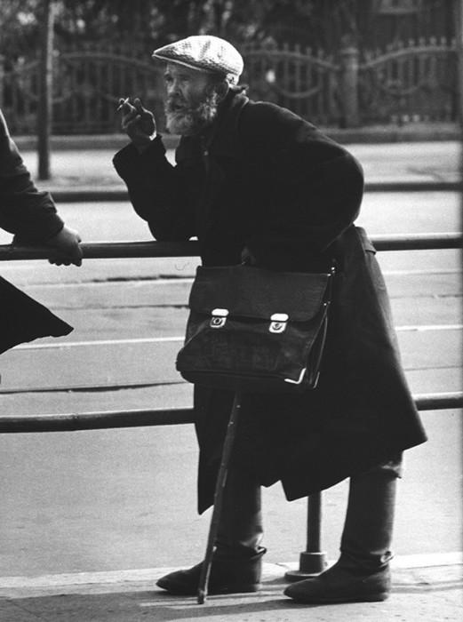 Старик с портфелем. CCCР, Москва, 1963 год.
